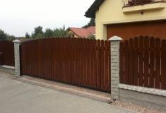 ogrodzenie betonowe z drewnianymi elementami